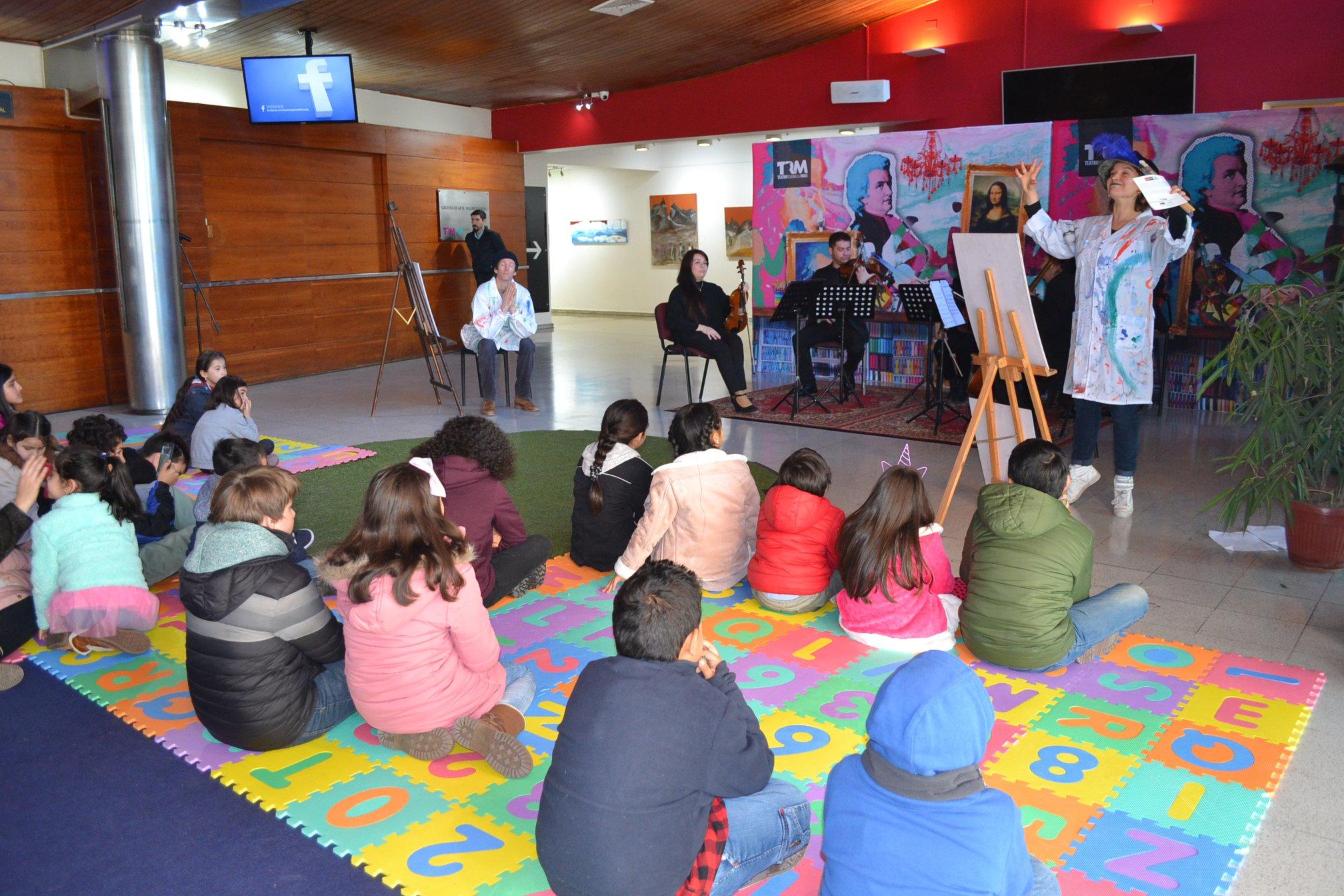 U. Autónoma lidera intervención de pintura en Teatro Regional del Maule